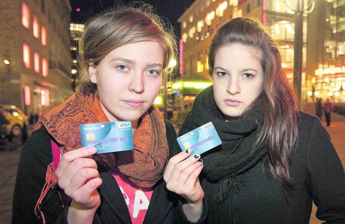 """Offer för korthajar """"Det känns obehagligt. Man blir lite noggrannare från och med nu"""", säger Moa Forsberg. Hon och kompisen Hanna Hurtig Parkrud fick sina bankkort kapade i Stockholm."""