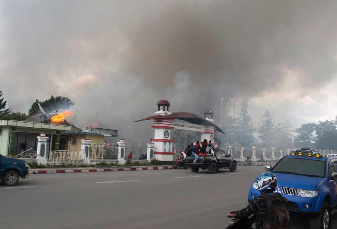Demonstranter tände eld på en regeringsbyggnad i Wamena.