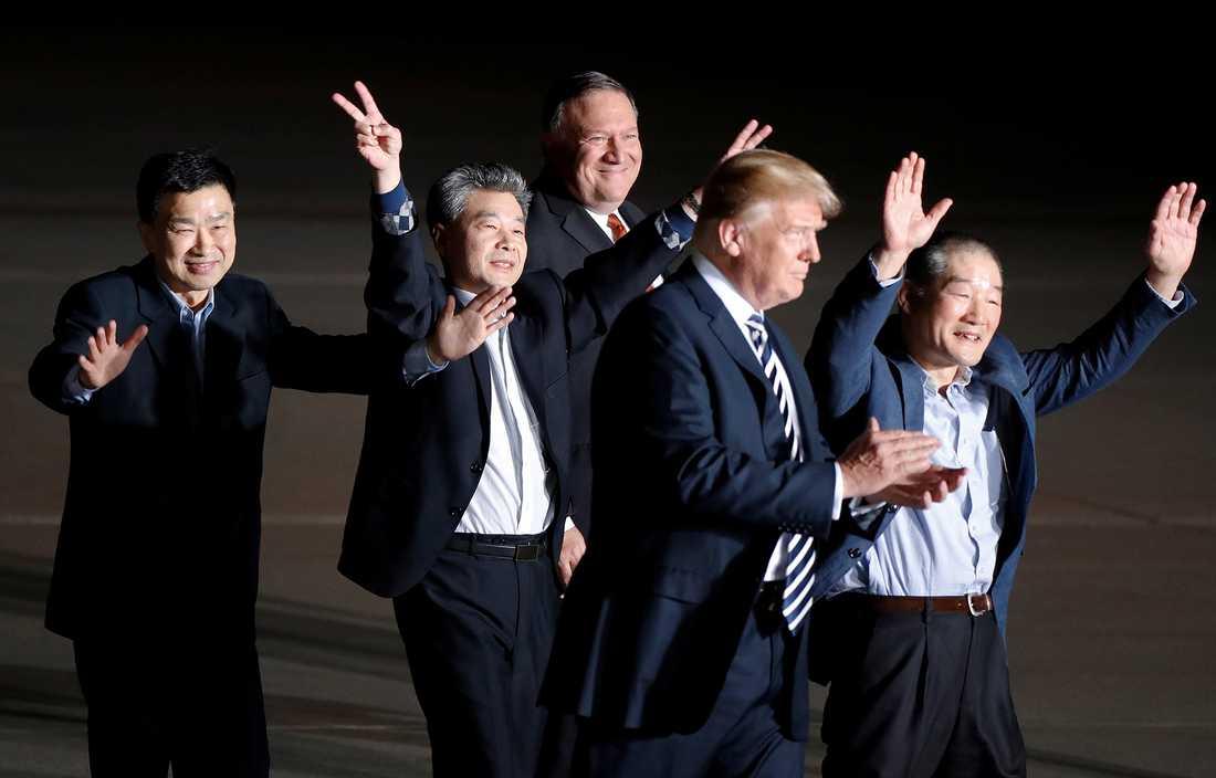 USA:s president Donald Trump och utrikesminister Mike Pompeo tar emot de tre amerikaner som suttit fängslade i Nordkorea.