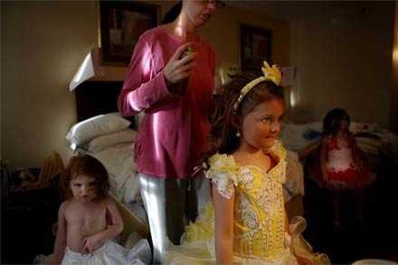 Fem små flickor ska förvandlas från barn till dockor. De får skäll när de gråter – det förstör sminkningen.