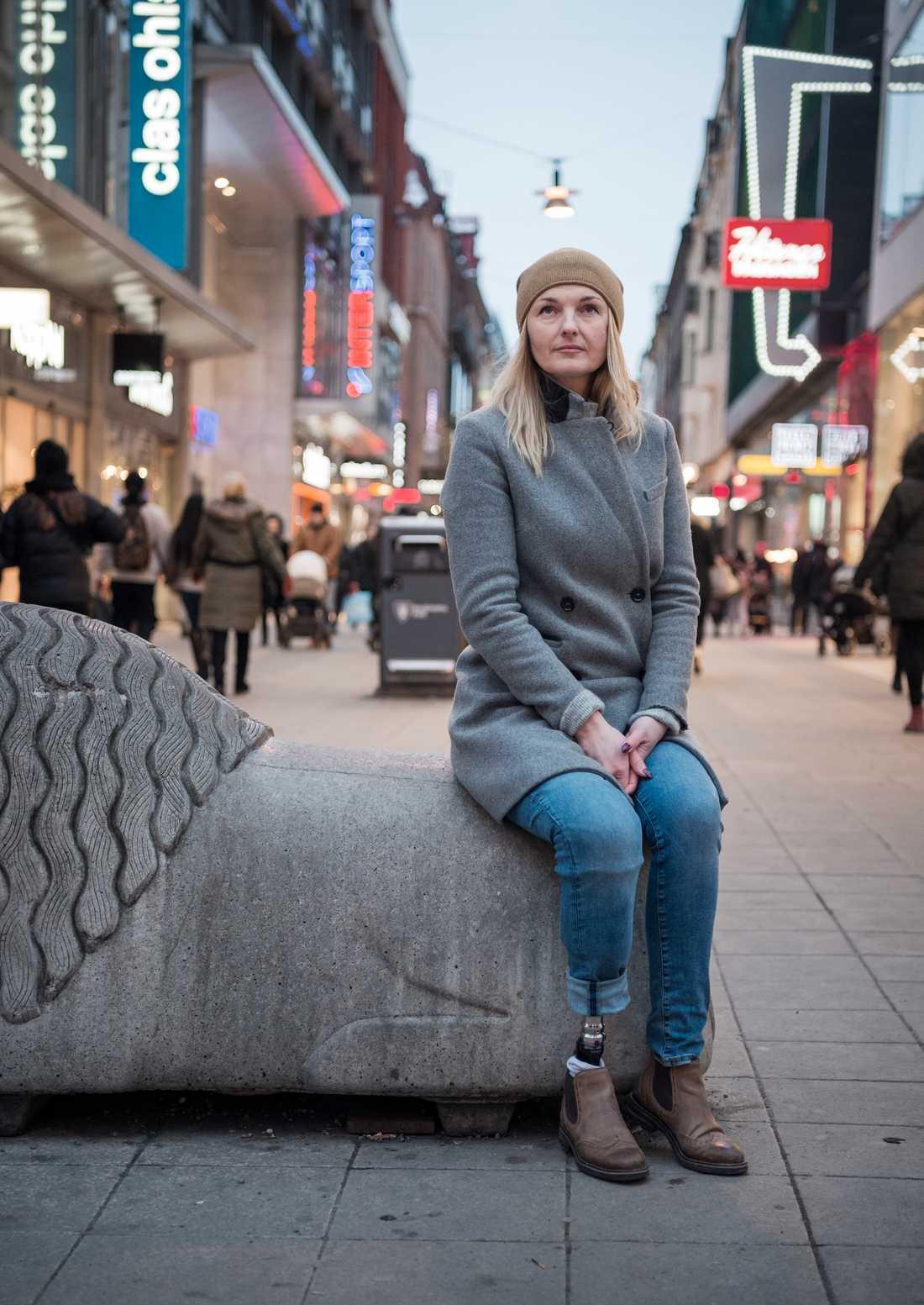 Iryna tillbaka på Drottninggatan efter terrordådet april 2017.