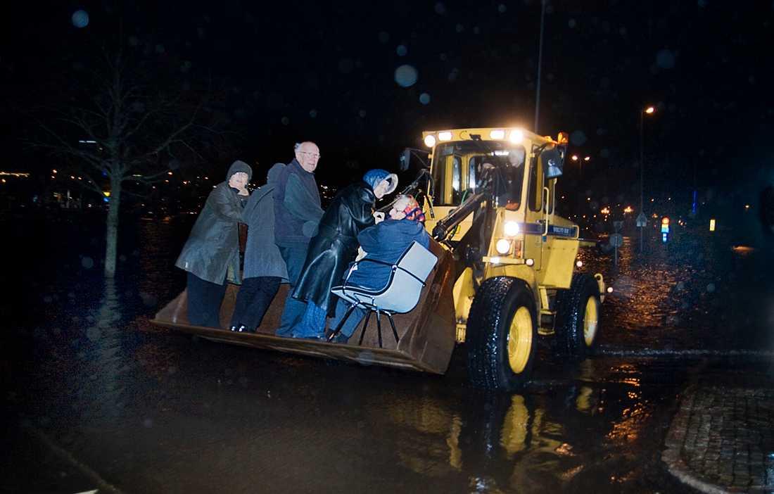 (H)julbordsräddade I Uddevalla tvingades julbordsfirare att evakueras med hjullastare.