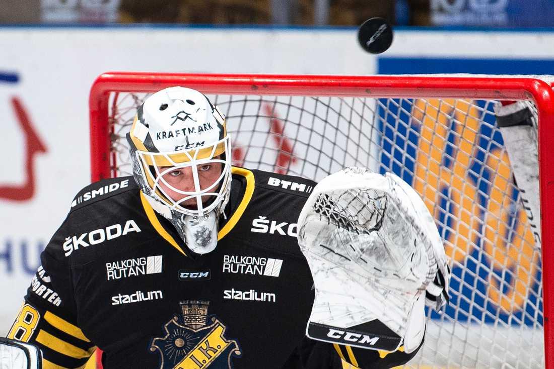 AIK:s Johannes Jönsson uppvaktas av Oskarshamn.