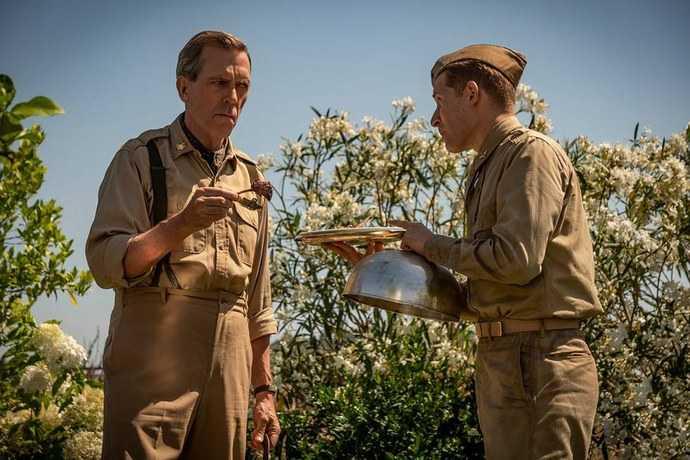 """Hugh Laurie spelar major de Coverley i """"Catch-22""""."""