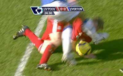 Fellaini sparkar Dirk Kuyt i ansiktet.
