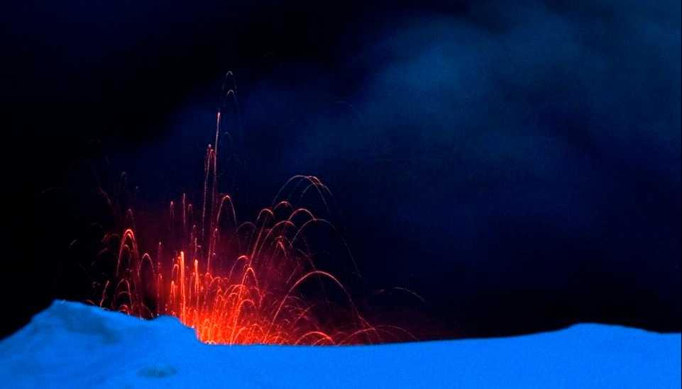 Lava sprutar ur vulkanen på Island under måndagen.