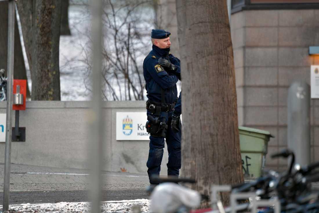 Polis utanför Kronobergshäktet.
