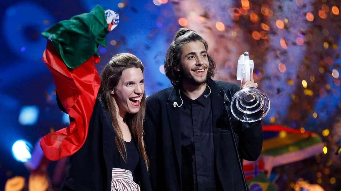 Salvador Sobral och hans syster Luìsa firar segern i Eurovision 2017.