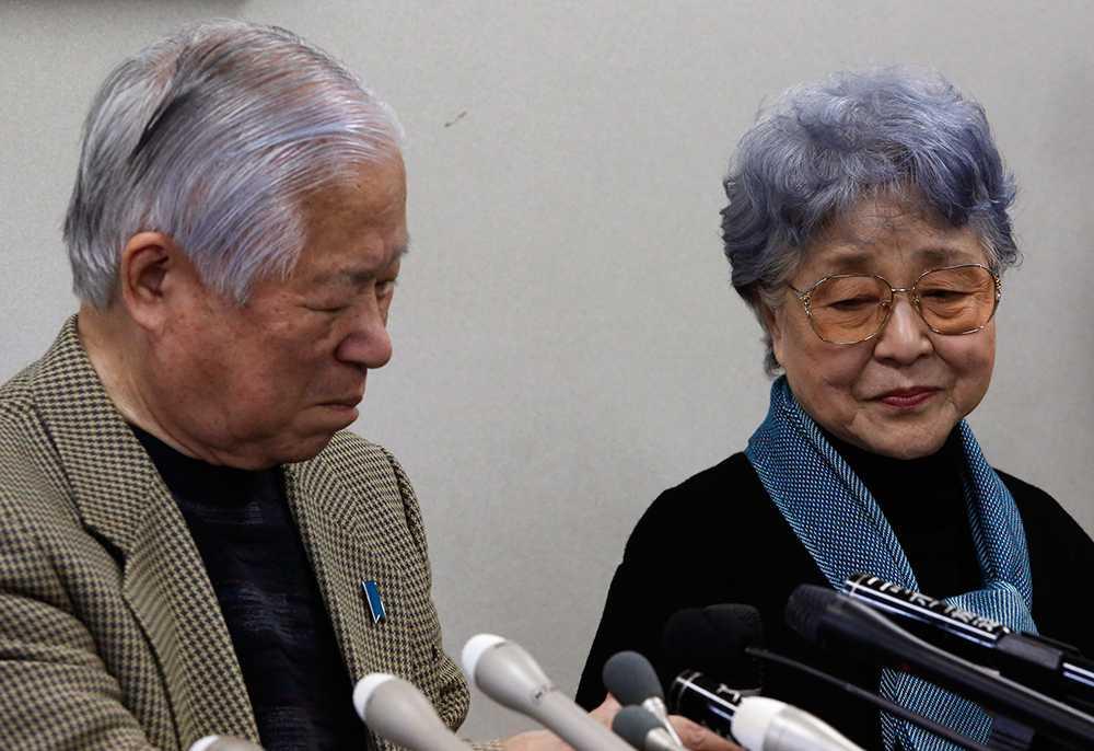 Shigeru Yokota och hans fru Sakie, föräldrar till Megumi Yokota, som försvann spårlöst när hon var 13 år. För ett par dagar sedan fick de träffa sitt barnbarn för första gången.