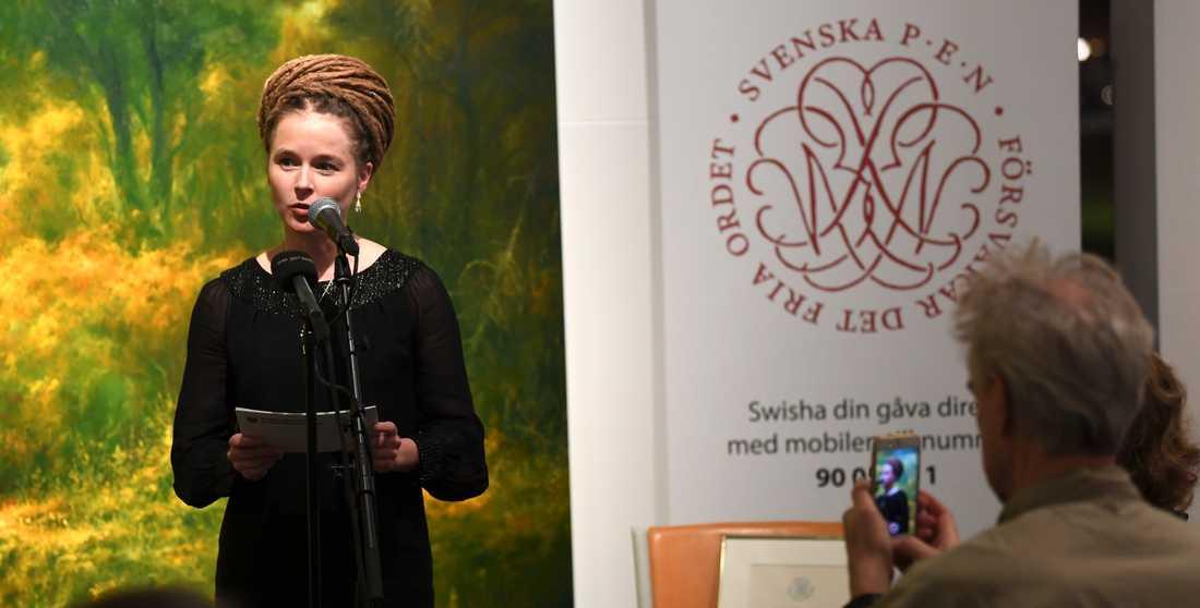 Kulturminster Amanda Lind delar ut Tucholsky-priset till Gui MInhai igår kväll