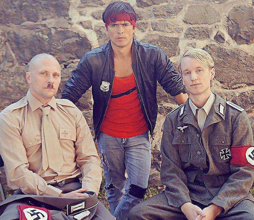 """Magnus Betnér och Björn Gustafsson poserar tillsammans med regissören David Sandberg under inspelningen av """"Kung fury"""". Filmen kommer att finnas tillgänglig på SVT Play."""