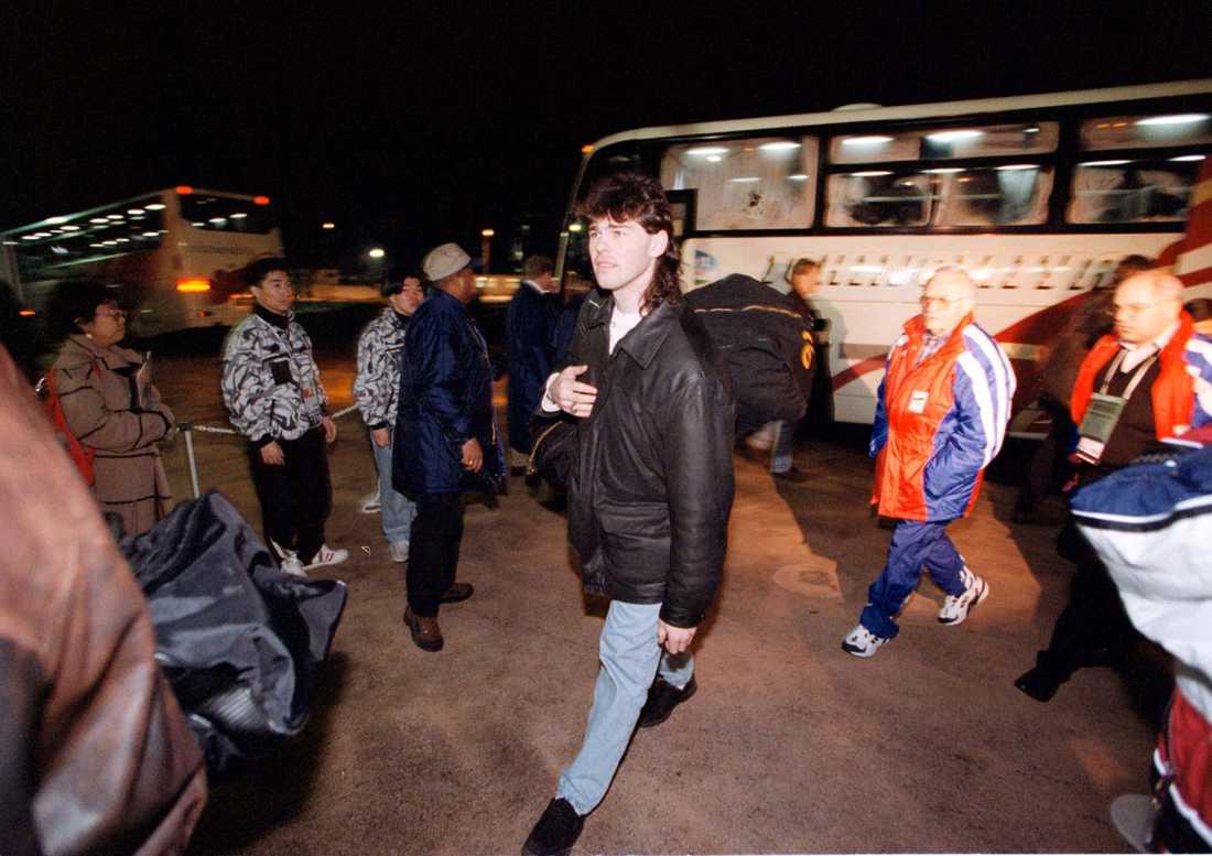 Jagr anländer med Tjeckiens OS-lag till Nagano 1998.