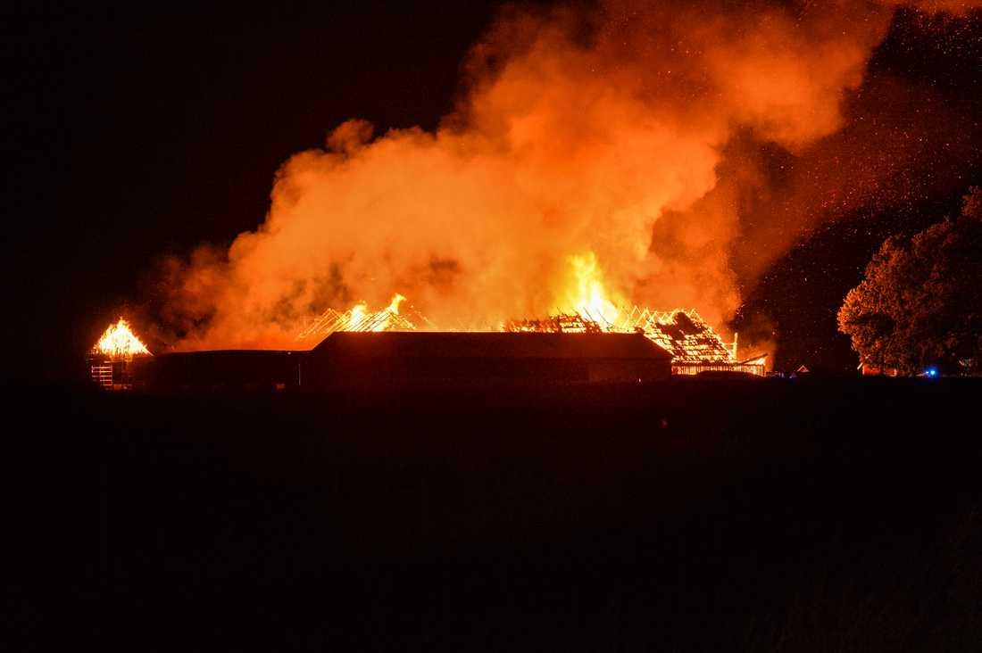 Bondgården i brand.