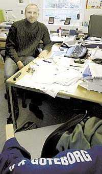 PÅ PLATS Håkan Mild har tagit plats vid sitt skrivbord på Kamratgården. Han lämnar sin spelarkarriär och blir sportchef.