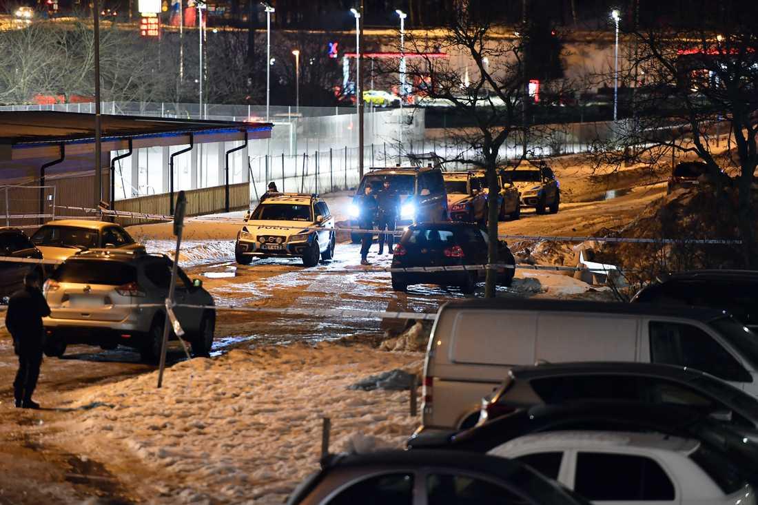 Flera personer flydde i en bil efter skottlossningen, enligt polisen.