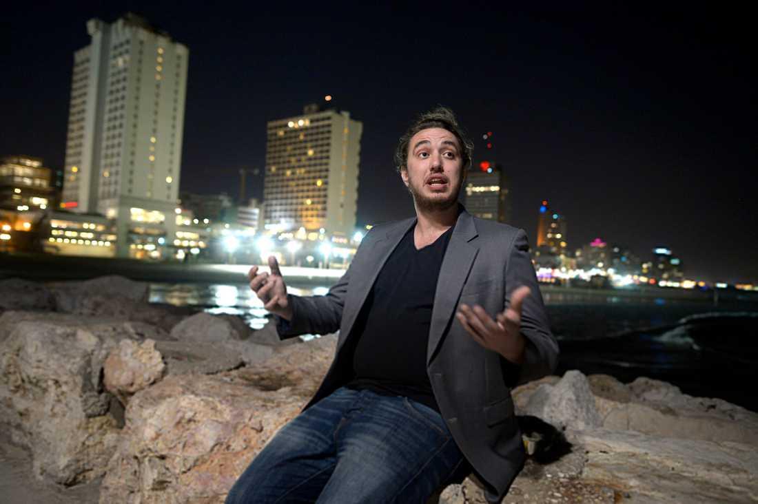 Daniel Azaria träffar vi kvällen före på ett lugnt och halvt övergivet café nära strandpromenaden i Tel Aviv. Trots att han bott snart sju år i Israel får han inte rösta eftersom han valt att inte bli medborgare. – Om jag fick rösta skulle det bli vad som helst utom Bibi Netanyahu, säger han. Daniel är storvuxen och rösten allt annat än lågmäld. Han utstrålar energi.