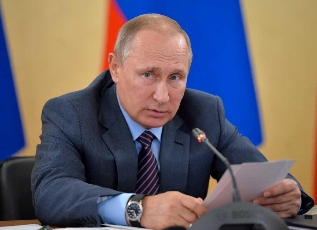 Sitter löst? Nu, när den nationalistiska euforin avtagit utmanas Putins makt.
