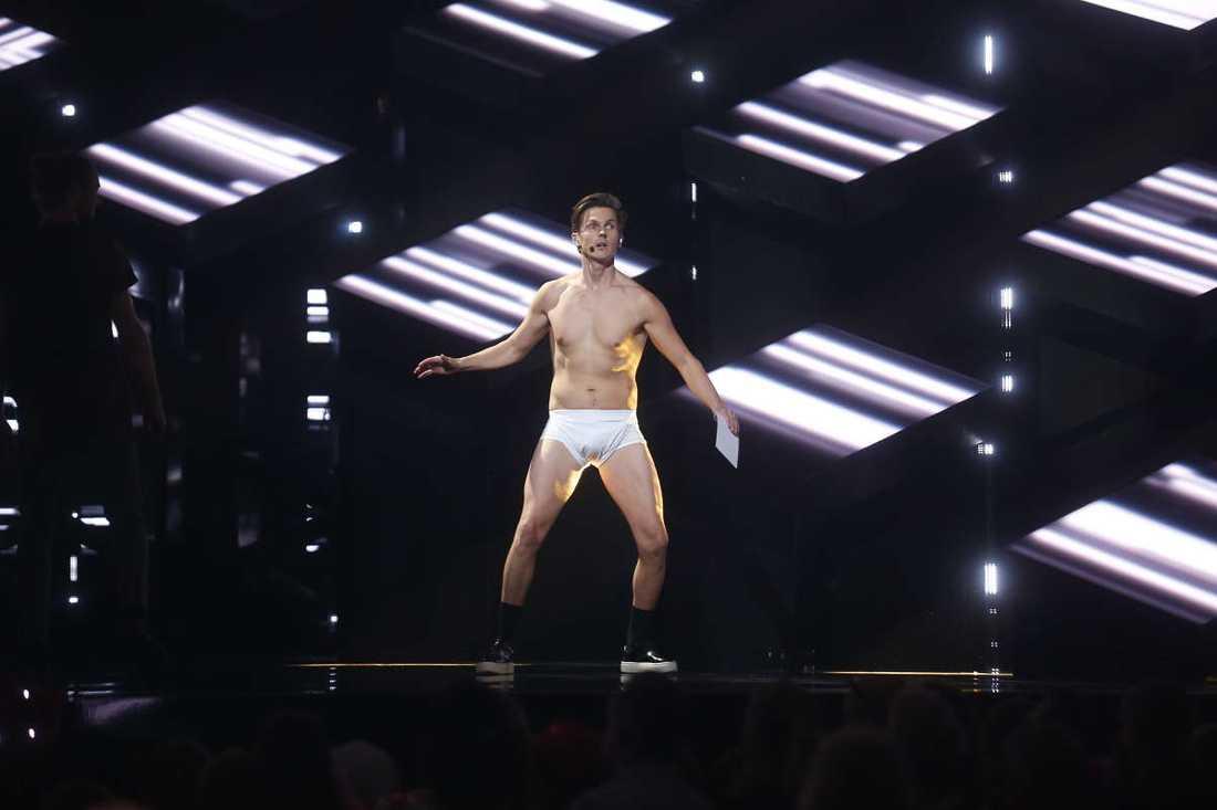 David Lindgren kastar kläderna i Melodifestivalen.