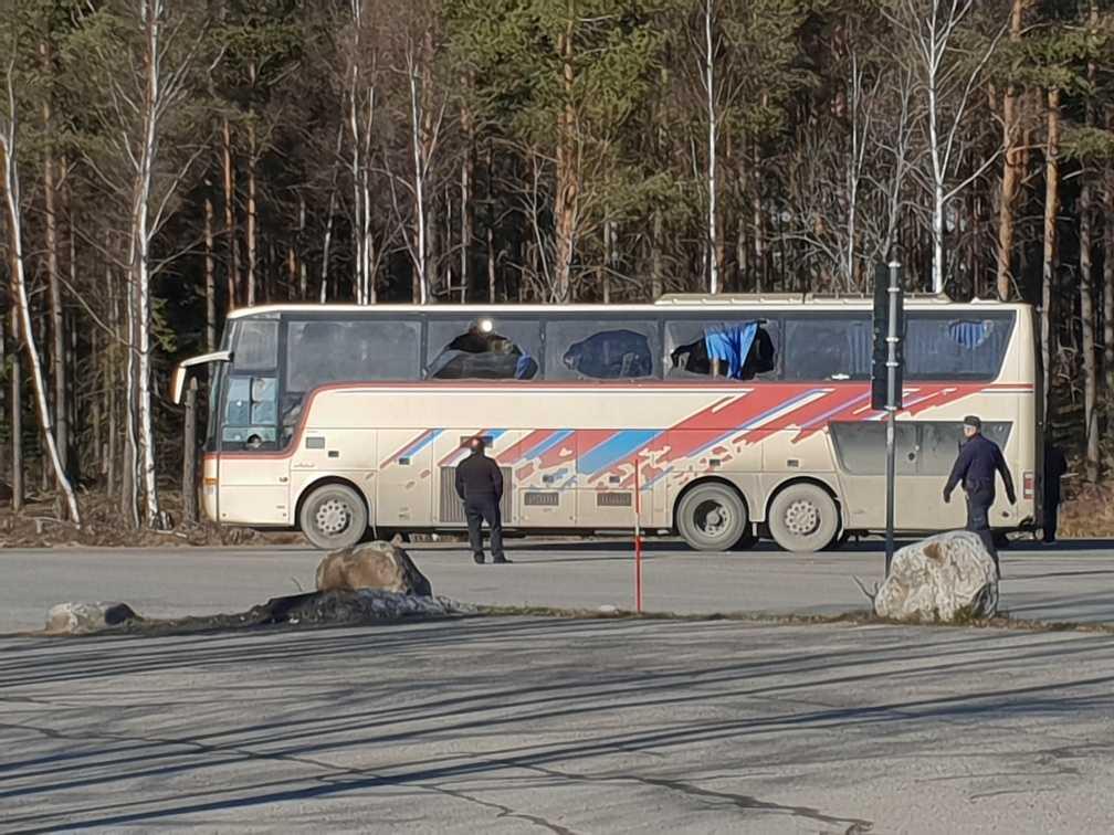 Enligt polisen började bråket när den ena gruppen lämnade en buss vid rastplatsen.