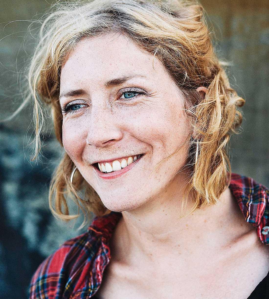 """Amanda Svenssons avslappnade och livliga stil smittar av sig på läsaren. """"Ett system så magnifikt att det bländar"""" är både underhållande, medryckande och rörande, skriver en förtjust Jenny Högström."""