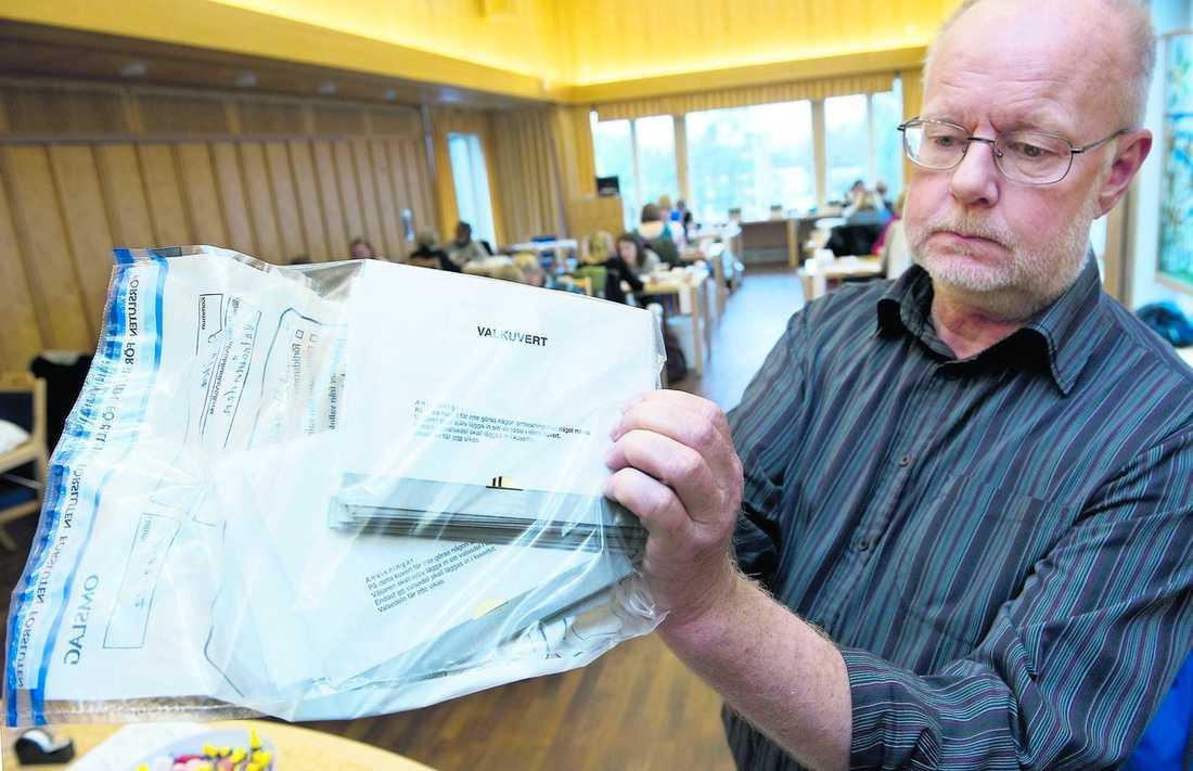 bortsorterade Lars-Ove Olsson, chefsjurist på länsstyrelsen i Värmland, visar upp de röster från Arvika som lämnades över i en röd