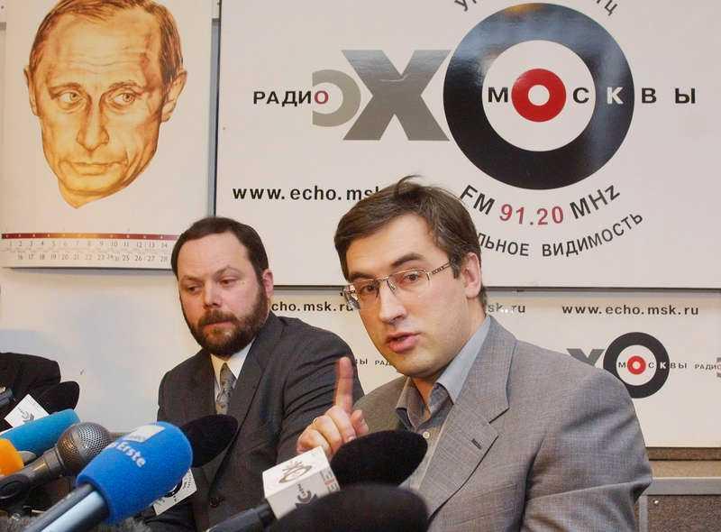 Oppositionspolitikern Vladimir Kara-Murza (till vänster), som arbetade ihop med mördade Boris Nemtsov, intensivvårdas nu i Moskva efter en kollaps. Uppgifter gör gällande att han bär spår av förgiftning och att läkarna ska ha bekräftat detta.