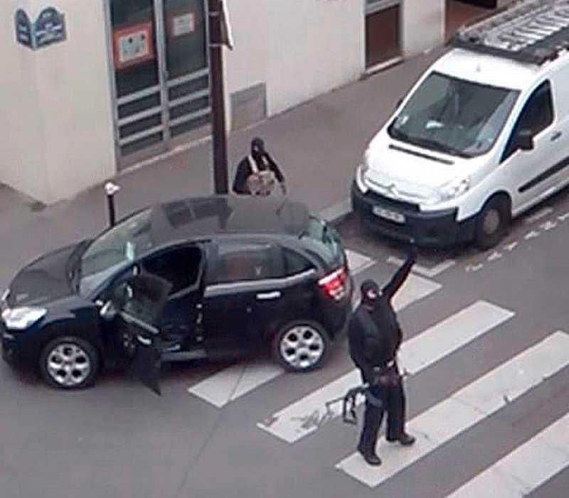 Terroristerna Bröderna Kouachi gick in på satirtidningen Charlie Hebdos redaktion i Paris och öppnade eld. Totalt dödade de 12 personer i attentatet 7 januari.