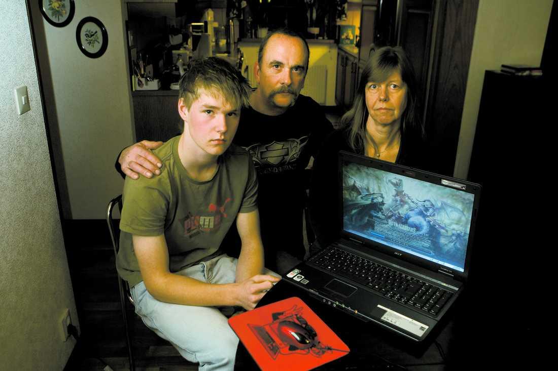 """Fick krampanfall Marcus kollapsade av dataspelandet. """"Vi vill inte ens tänka på vad som kunnat hända Marcus om vi inte varit hemma när det hände"""", säger hans föräldrar Carl-Erik och Yvonne Colliander."""