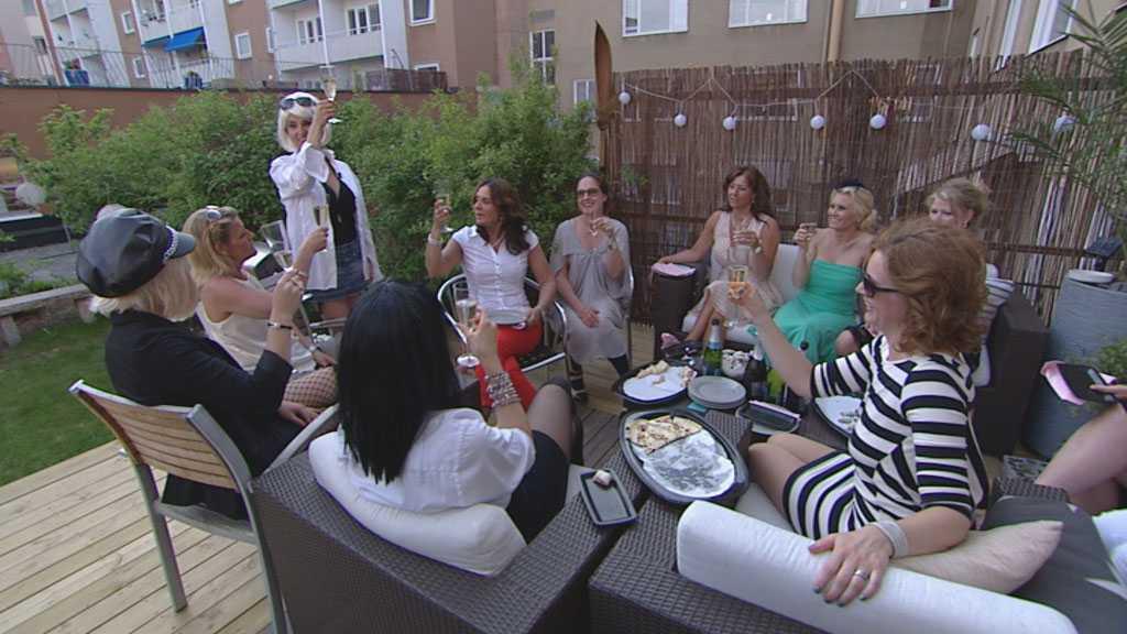"""Tiina Magnusson i TV3:s """"Småstadsdrottningar"""" bjöd in till en """"Pretty Woman""""-fest efter sin skilsmässa."""