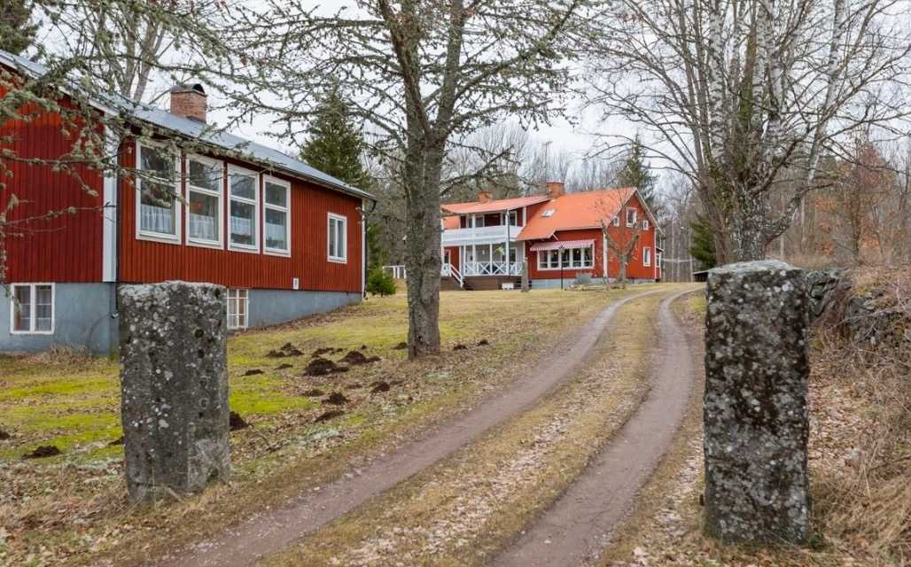 Rövaremålas gamla skola i Högsby på 229 kvadratmeter. Utgångspris: 895 000 kronor. Säljs via Fastighetsbyrån.