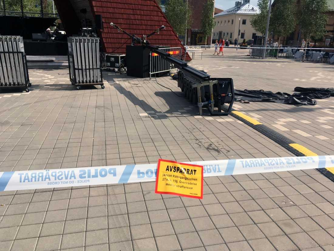 En pojke har fått en stor högtalare på sig på Brotorget i Bollnäs. Han har förts till sjukhus med allvarliga skador.