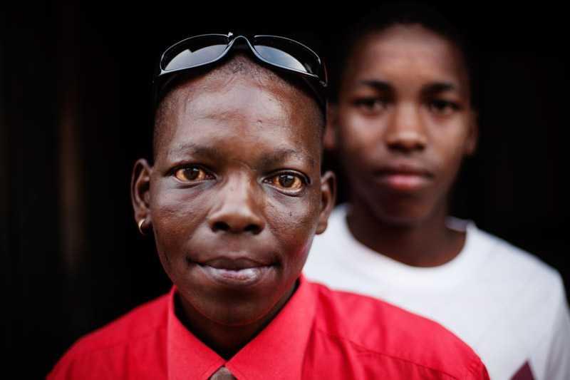 Karate blev våldtagen av män  som sa åt henne att de skulle lära henne vad som är rätt. Här är hon med sin son.