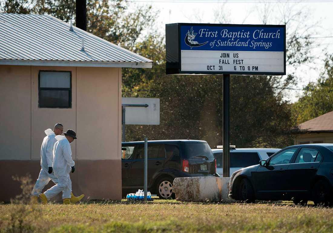 Polistekniker arbetar vid First Baptist Church i Sutherland Springs, Texas, USA.