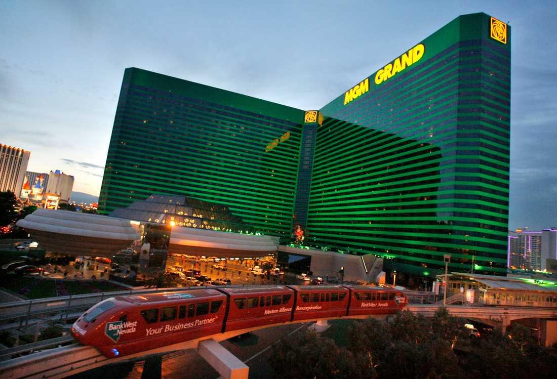 MGM Grand Las Vegas Las Vegas största, och världens tredje största, hotell öppnades 1993 och var då det största i världen. Huvudbyggnaden är 30 våningar och 89 meter högt. Precis som de flesta andra stora hotellen i Las Vegas innehåller det, förutom hotellrum- sviter och casinon flera affärer, nattklubbar och hela 19 restauranger. Las Vegas största casino finns här och är 15 930 kvadratmeter stort.
