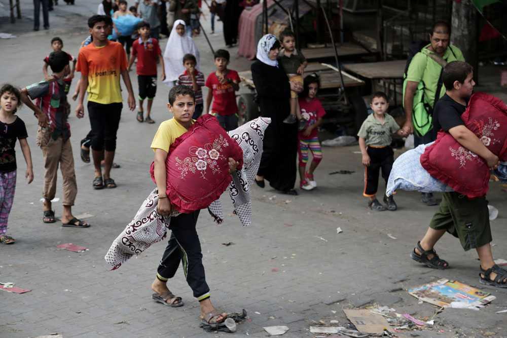 17 000 palestinier flyr sina hem efter Israels utannonserade attack mot Gaza. Det bor ca 1,7 miljoner människor i Gaza – hälften av dem är under arton.