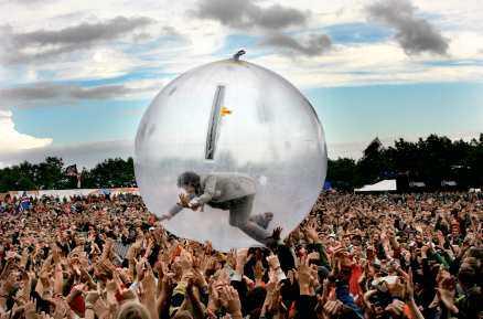 FALLER STEEN PÅ LÄPPEN Wayne Coyne i Flaming Lips surfar på publiken i en bubbla – bästa sortens show, tycker Håkan Steen.