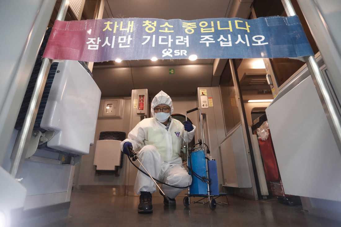 Fall av det nya viruset har bland annat upptäckts i Sydkorea (bilden) där myndigheterna arbetar hårt med att stoppa en eventuell smittspridning. På skylten står det: Vänligen vänta.