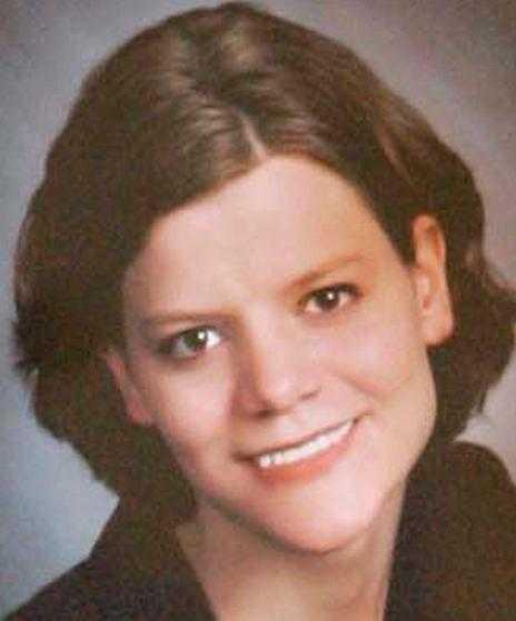 2005: Grips för mordet på Teresa Halbach Steven Avery stämmer Manitowoc county och poliserna på motsvarande 290 miljoner kronor för den felaktiga domen 1985. Den 31 oktober mördas Teresa Halbach, 25, och Steven Avery grips. Han och hans advokater hävdar att det är polisen som försöker sätta dit honom.