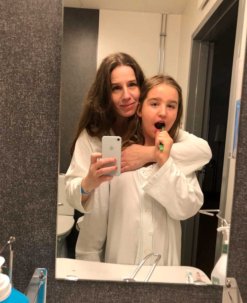 Maria med yngsta dottern Lea när de sov på sjukhuset, innan Maria tappade allt hår.