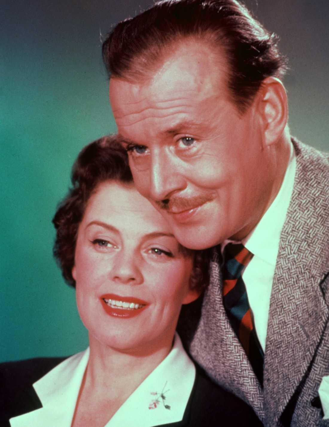 """1957 Hasse Ekman regisserade inte bara. I hans film """"Med glorian på sned"""" hade Ekman en av filmens roller och fick då själv spela mot Sickan."""