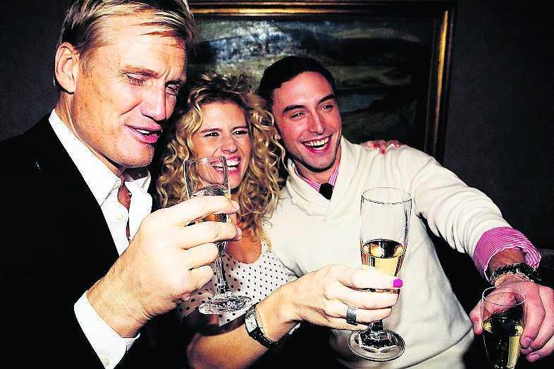 Programledarkollegorna Christine Meltzer och Måns Zelmerlöw skålade i champagne med Dolph i natt. Actionhjälten fortsatte med shotsbricka och pusskalas innan det var dags att knyta sig. Foto: LINA BOSTRÖM EINARSSONz, PATRIK JONSSON/NORDIC MEDIA