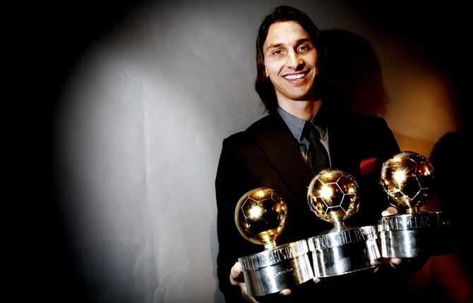 På senhösten 2008 bärgade Zlatan sin tredje guldboll. Här poserar han med sina tre bollar.
