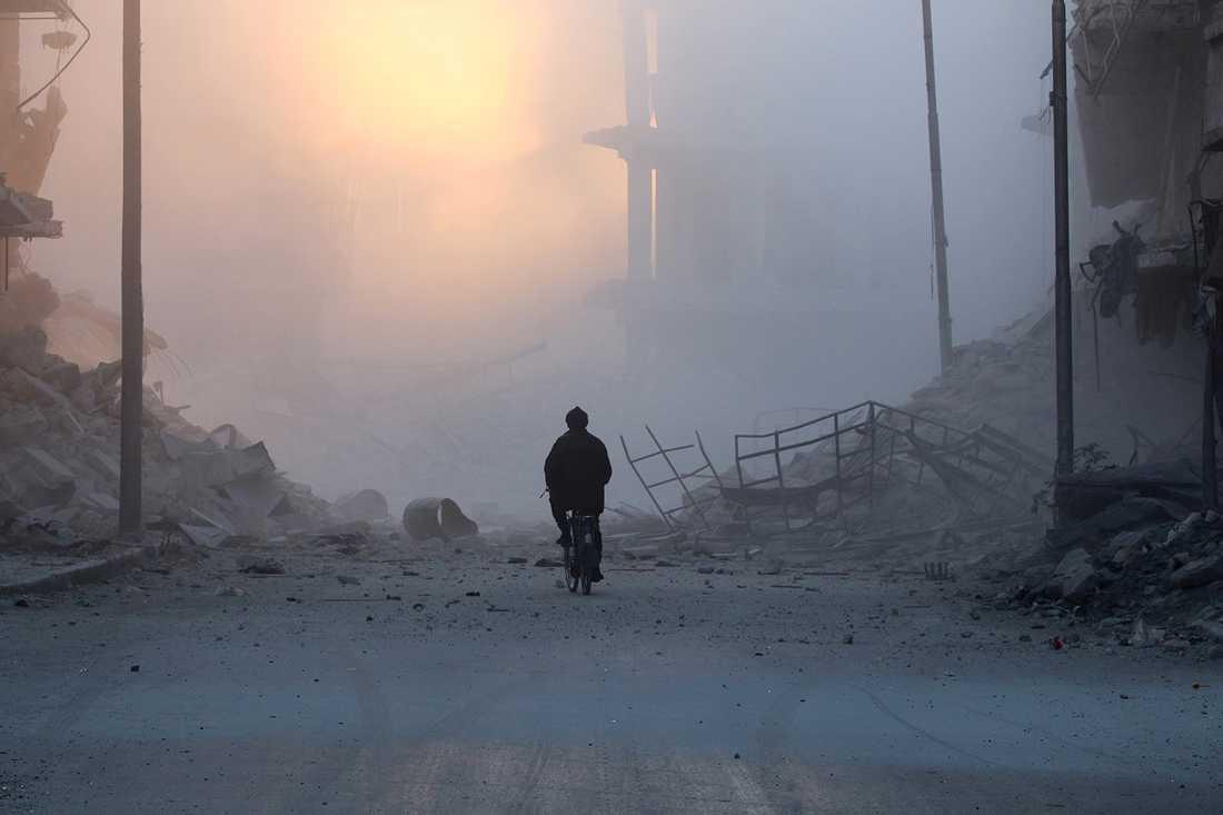 Stora delar av Aleppo är helt förstörda. Hundratusentals civila är instängda i staden.