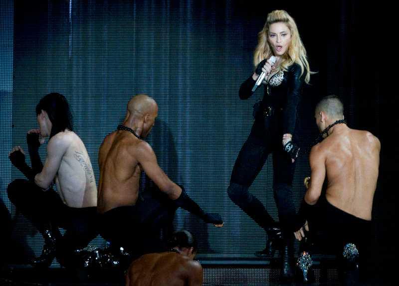Madonna håller sina män på mattan.