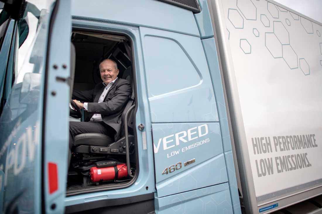Claes Nilsson, vd för Volvo Lastvagnar, i bolagets bil med gasmotor.