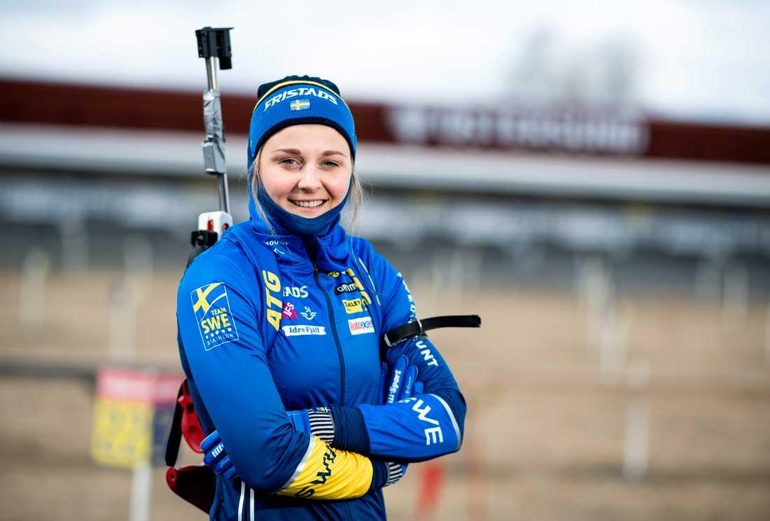Stina Nilsson med bössan på ryggen. Arkivbild.