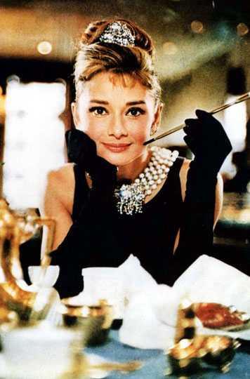 Lilla sparven Audrey Hepburn slog igenom stort som skådespelerska på 50-talet och vid sin andra film mötte hon modeskaparen Hubert de Givenchy och från den dagen blev hon en stilikon av stora mått. Än idag fascineras vi av klänningen hon bär i Breakfast at Tiffanys.