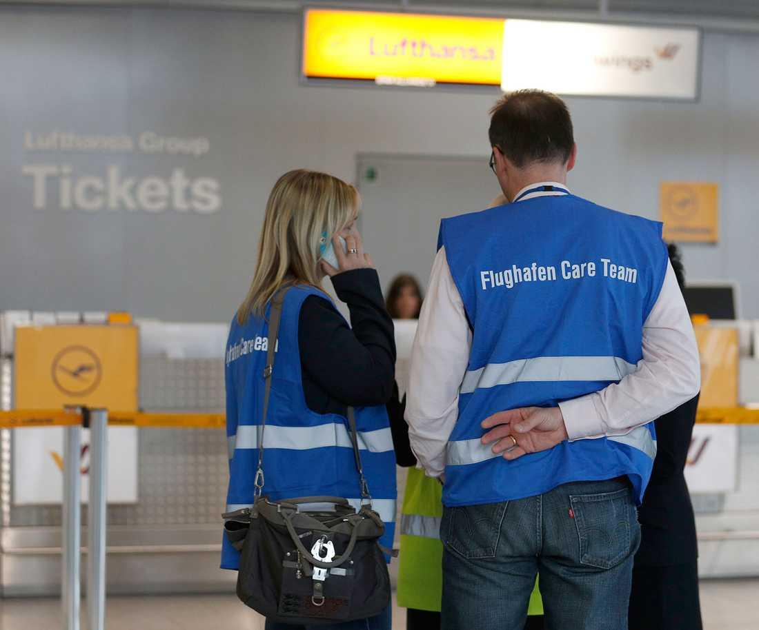 Personal samlas på Düsseldorfs flygplats.