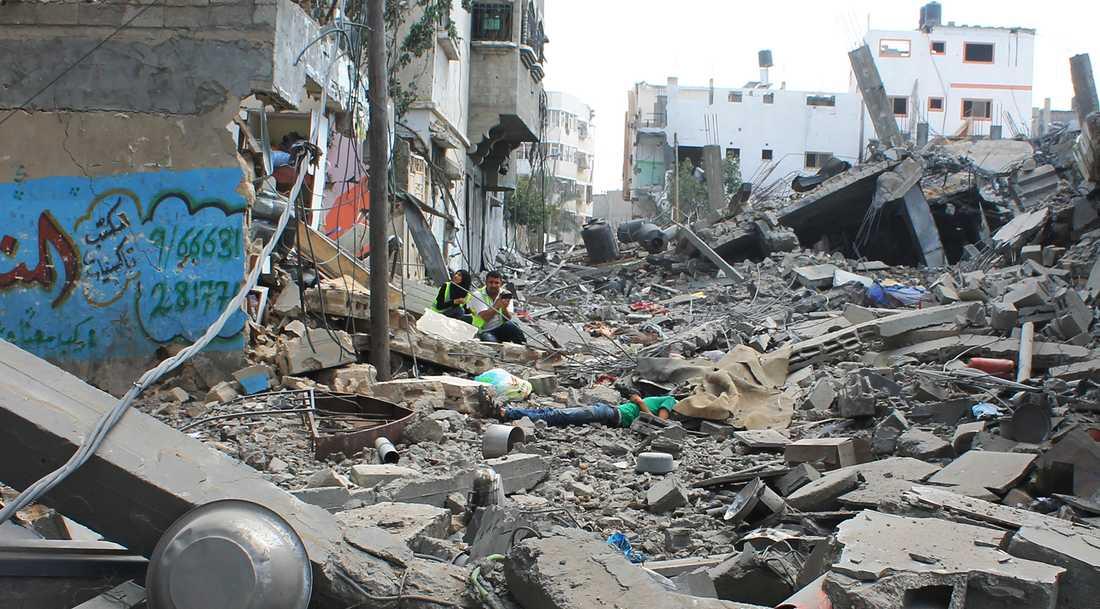 Vid en korsning öppnar plötsligt israeliska soldater eld och skjuter ihjäl 20-åringen.