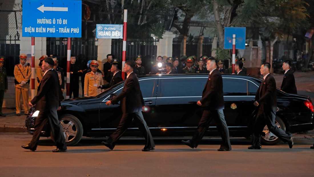 Livvakter omger den bil Nordkoreas diktator Kim Jong-Un färdas i vid nordkoreanska ambassaden i Hanoi.
